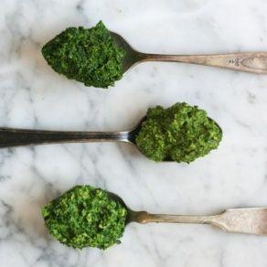 Кто сказал, что песто - это летний соус? Времена года меняются, и вместе с ними должен меняться и всеми любимый соус. Свежий базилик является незаменимым ингредиентом в летнее время. Но что делать, когда за окном зима? В этом рецепте мы попробуем заменить его на рукколу, кольраби или брокколи.