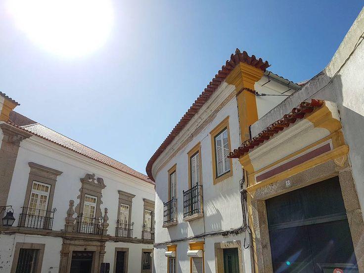 Sol e arquitetura em Évora. Sun and architecture in Évora. #evora #Alentejo