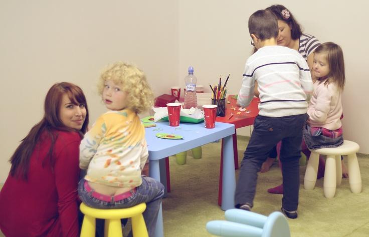 Děti vyrábí větrníky.