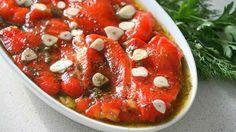"""""""Ardeii grași cu usturoi la borcan"""" sunt o gustare delicioasă, plină de savoare și culoare, perfectă pentru perioada rece a anului. Sunt foarte atrăgători, aromați, picanți și pur și simplu irezistibili. Ardeii pot fi serviți ca gustare separată sau pot completa excelent orice feluri de mâncareprincipale. Înainte de servire îi puteți presăra cu verdeață proaspătă …"""
