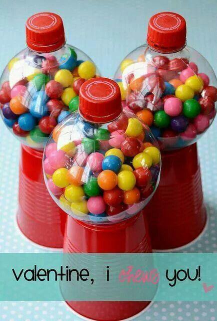 Het zijn plastic koffiebekers onderop. Daarop gelijmd staat en bol frisdrankflesje van Fanta (Ik heb ze tot nu toe alleen bij de Spar gevonden). En dit vullen met kleine kauwgomballen.