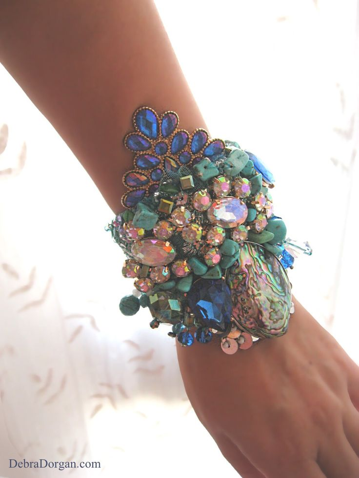 Malediven-Armband, blau, grün, Meer, Meerjungfrau, alte Textilien, Perlen, Muschel, Abalone, Sparkle, Boho-Armband, Manschette von AllThingsPretty auf Etsy https://www.etsy.com/de/listing/224712123/malediven-armband-blau-grun-meer