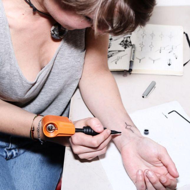 Los alumnos de la maestría de diseño del Royal College of Arts acostumbran hacer proyectos que abordan el diseño desde perspectivas divergentes. Tal es el caso de Jakub Pollág quien diseñó una maquina para tatuarse a sí mismo como proyecto de graduación de la prestigiosa escuela londinense.