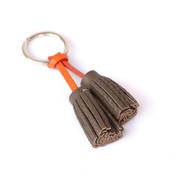 Ce porte clef ajoutera une touche délégance à vos clés de voiture, maison, moto, etc ..... lannaux briser et disponible couleur argent ou or. (sur demande)  Ils sont fabriquer en cuir, entièrement a la main et en France.