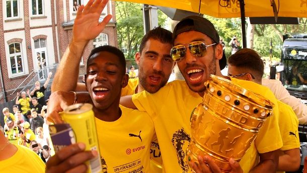 Ousmane Dembélé, Sokratis und Pierre-Emerick Aubameyang (v. li.) mit dem DFB-Pokal. (Quelle: Reuters/Ina Fassbender)