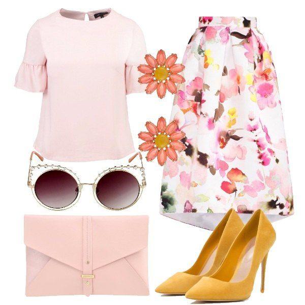 Pensato per una cerimonia lo spezzato composto dalla blusa rosa cipria abbinata alla gonna asimmetrica a fiori. Delicata la clutch mentre le décolleté, gli orecchini a fiore e gli occhiali danno quello sprint in più.