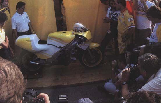 1987年からのワークスマシン  「スズキRGV-γ500」プロトタイプ、「XR-71」   86年にイタリアで行われた発表会でのショット。   マシンの横に佇むのは伊藤光雄氏。