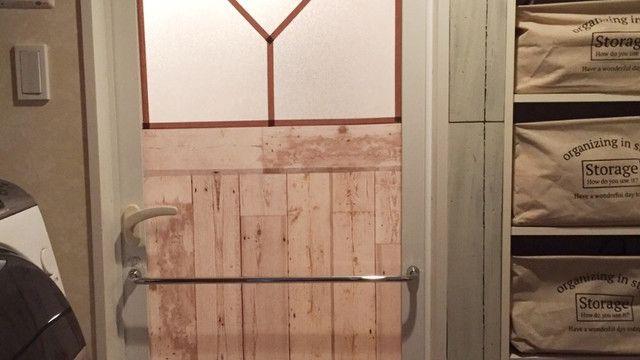 一石二鳥DIY!100均でお風呂の扉をフレンチシャビー風に♪|LIMIA (リミア)