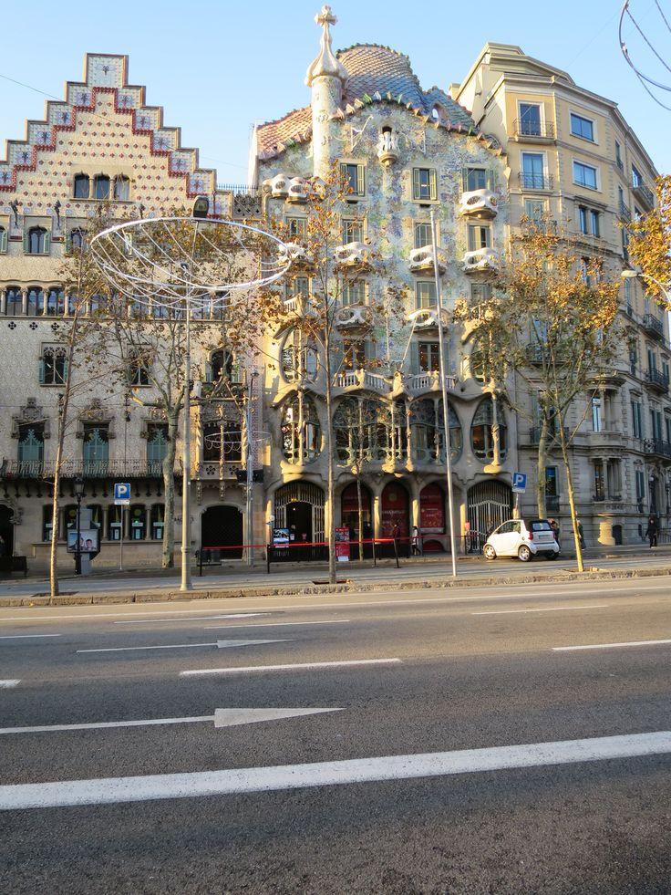 バトリョ邸(ガウディ)&アマトリェール邸(プッチ・イ・カダファルク)  Casa Batlló (Gaudi) and Amatoryeru House (Puig Lee Kadafaruku)