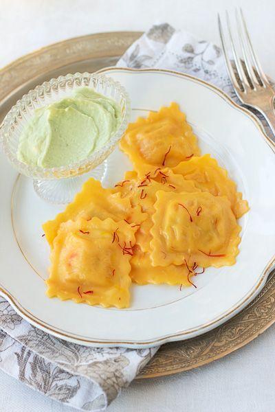 Che primo preparare per il pranzo di Natale? Questa potrebbe essere un'idea.  http://honestcooking.it/ravioloni-al-salmone-affumicato-lo-scoiattolo-con-zafferano-e-crema-di-avocado/