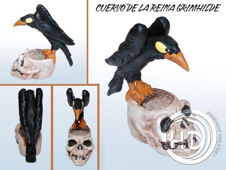 """Figura del cuervo de la reina Grimhilde, la malvada bruja de """"Blancanieves y los 7 enanitos"""" de Disney. Figura de 6,5 cm aprox. Hecha totalmente a mano. Materiales: arcilla polimérica FIMO."""
