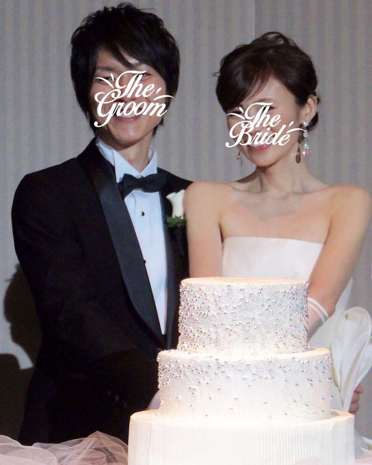 """* Motyo Wedding report 22 * ウエディングケーキは真っ白い生ケーキに アザランと縦ストライプのデコレーション * 色味が無く寂しいかなという不安はありましたが シンプルだからこその美しさがありました * 担当者さんとフラワーデザイナーさんと最後まで 悩んだけどオールホワイトにして良かった * 女性ゲストにはとても好評だったみたいで このケーキを褒めてくれる人が多くて嬉しかったな * ケーキ入刀曲はJason Deruloの""""Marry Me"""" 主人がどこかで使いたかった曲なのでここで使うことに * 本当はプロポーズソングですがこのロマンチックな 雰囲気とストレートでピュアな感じが気に入ってます * #motyowedding #卒花 #マンダリンオリエンタル東京 #wedding #結婚式 #antonioriva #結婚式当日 #mandarinorientaltokyo #ウエディングケーキ #ケーキ入刀 #weddingcake #allwhite #weddingtbt #weddingreport"""