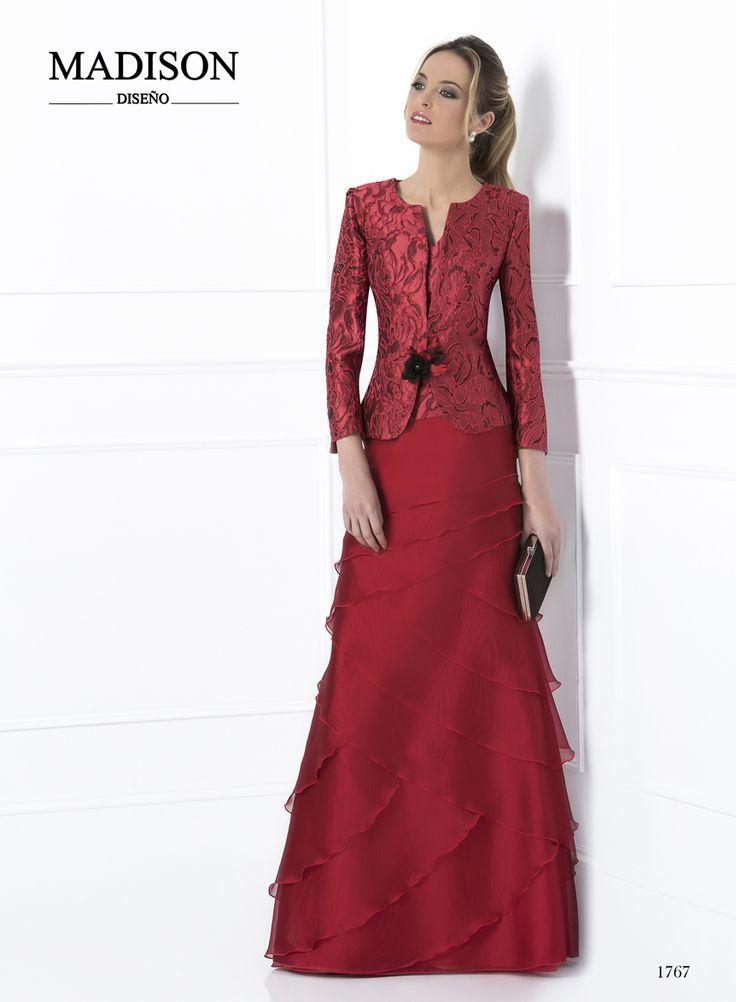 Elegante Traje de #Madison Chaqueta y cuerpo confeccionados en Jacquard rojo, flor artesana a contraste. Falda confeccionada en organza sedosa roja, con volantes dispuestos de forma asimétrica. #madrinas #moda #bodas