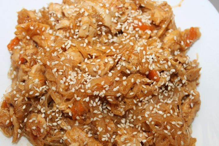"""Курица в кисло-сладком соусе """"аля по-китайски""""  Продукты: - куриные грудки 800гр - морковь 1 штука - зеленое яблоко 1 штука - чеснок 2 зубчика - кетчуп, мед, горчица, соевый соус по 3 ст. ложки для соуса - крахмал 1 ч.л. - растительное масло - кунжут - фунчоза  Приготовление: нарезать морковь соломкой, обжарить вместе с мелко-порубленным чесноком 2 минутки, добавить в сковороду куриные грудки, нарезанные тонкими длинными кусочками и яблоки соломкой, обжаривать 10-12 минут.   Слить…"""
