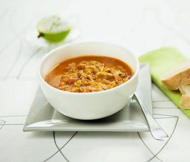 En suverän soppa med köttfärs i grunden som du kryddar med stora smaker från spiskummin, chilipulver och paprika, enkelt och gott. Köttfärssoppan har en bas på krossade tomater och buljong som ger en fin färg vid servering.