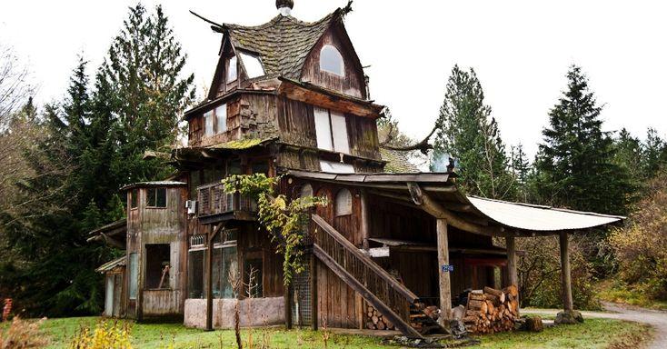 norte-americano SunRay Kelley, 60, vive no meio de uma floresta no Estado de Washington, nos EUA. Ele construiu sozinho sete casas, 10 lagos, uma cabana de eremita, uma imagem de Jesus de 10 metros de altura e um estúdio de yoga, em um cenário que lembra o de um conto de fadas