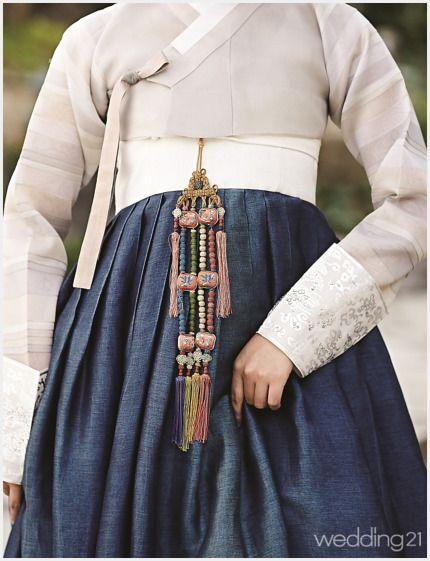 [월간 웨딩21 편집팀]새로운 해석, 새로운 스타일New Modern Korean Wedding최근 해외 패션 뉴스에서 가장 핫한 단어는 바로 'Hanbok'이다. 한복을 직설 화법으로 표현한 샤넬 리조트 컬렉션 이후 전 세계는 한복에 뜨거운 관심을 보이고 있다. 대학생들 사이에선 한복을 입고 해외 배낭여행을 가거나 서촌, 북촌, 전주 한옥마을에 가서 인증