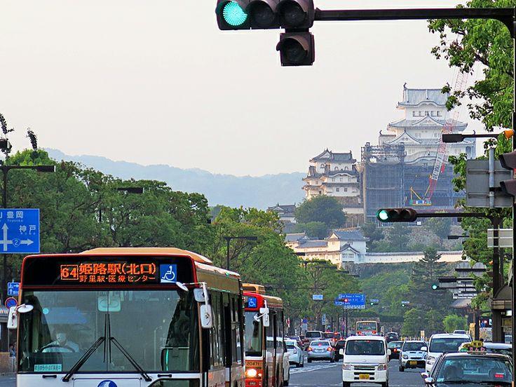 2014年5月30日(金)おはようございます。昨日は夕方から姫路へ。大手前通りの突き当たり、真っ白な姫路城が見えたので写真を撮ってみました。「白すぎる~」なんて話題になっていますが、白っぽく見えるのが漆喰が白いから。これが姫路城本来の姿で、数年すると汚れやカビで黒ずんでくるそうです。白鷺城と呼ばれたのは、この白さからだったんですね~(^^  それでは、今日も皆様にとって良い1日になりますように☆ 【加古川・藤井質店】http://www.pawn-fujii.jp/