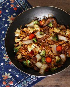 Já pensou em preparar Yakisoba em casa, mais delicioso que delivery? Não é impossível. Confira essa receita super fácil e arrase no jantar.