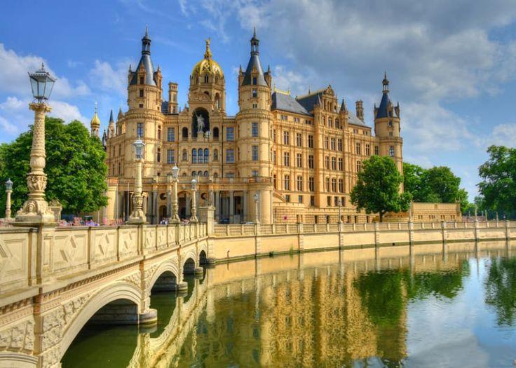 """Keine Sorge, um auf dieses Schloss zu blicken, musst Du kein teures Ticket kaufen. Du musst lediglich nach Schwerin fahren, wo diese bescheidene Hütte rumsteht. Und weil es ein Schloss ist und mitten in Schwerin steht, heißt es offiziell und ganz pragmatisch einfach """"Schweriner Schloss""""."""