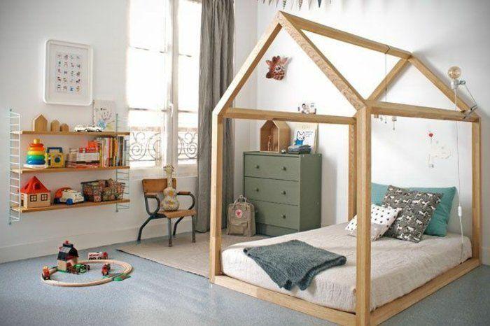 idée-comment-aménager-une-chambre-montessori-lit-maisonnette-en-bois-matelas-oreillers-etageres-commode-vintage-vert-chaise-vintage-en-bois-et-métal