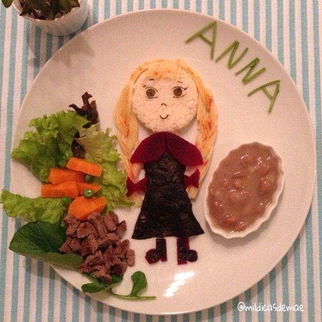 Hoje nosso jantar teve a ilustre presença da Princesa Anna, de Frozen! Arroz, feijão, carne, alface, cenoura, ervilhas, agrião, beterraba, macarrão! Detalhes em alga. #instafood #foodart #kidsfood #cutefood #frozen #anna #mildicasdemae  Princess Anna, from Frozen! Rice, beans, meat, lettuce, carrots, peas, watercress, beetroot, spaghetti!