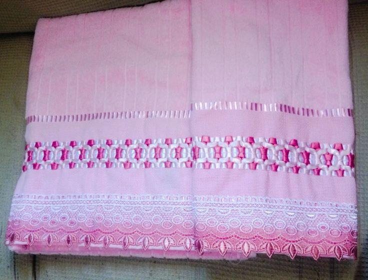Toalha Bordada com fitas. Conjunto contendo 01 toalha de banho e 01 de rosto, na cor rosa claro, trançadas em fitas de cetim e com rendas. Podendo ser feitas sob encomenda, com cores a combinar. 85% algodão, toalha aveludada.