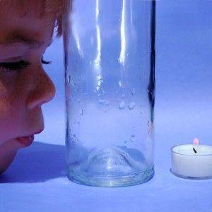 Kerze hinter Flasche auspusten mti dem Coanda Effekt - Physik Freihandversuch