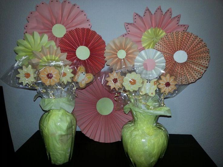 Flores de papel y galletas decoradas.