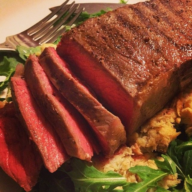 Sous vide Prime New York Strip, paušálne krabie mäso a dieťa rukolou s červeným vínom zálievkou obliekania.  Nič moc fantázie, len dobré jedlo pripravené v poriadku.  Stastny piatok!
