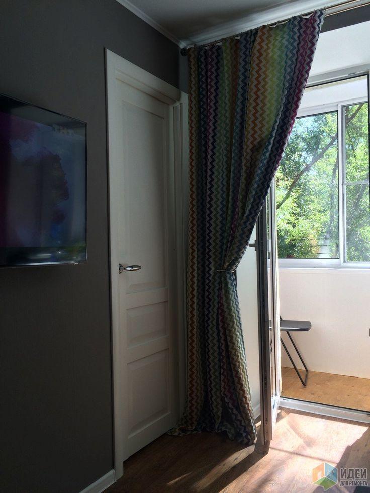 Интерьер маленькой гостиной, шторы на окно