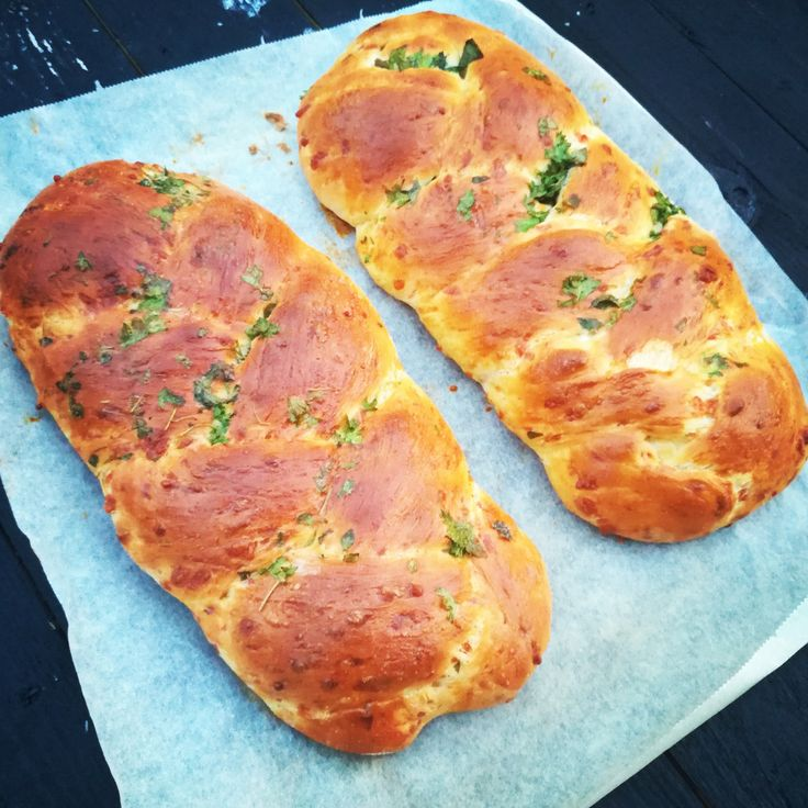 Nydelig ostebrød med smaken av urter. Passer godt til både supper, gryteretter og grilling. Denne oppskriften gir deg 2 brød og du kan gjerne fryse de. 1/2 pk gjær 4 ss meierismør 6 dl melk 1 ts sa…