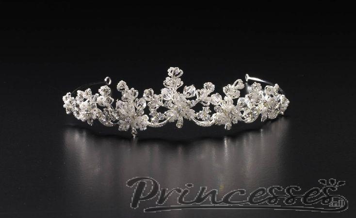 Tiara+63+-++Bruidssieraden+met+kwaliteit!+  +We+verkopen+bruidssieraden+met+kwaliteit!++Deze+mooie+diadeem+is+gemaakt+van+schitterende+kralen+en+fonkelende+kristallen.+  Mooiste+kapsels.  Met+onze+tiara's+zijn+uw+kapsels+pas+echt+af!++Bestel+de+tiara+vandaag+nog+we+verzenden+'m+zonder+verzendkosten.++LET+OP:+levertijd+2-3+weken!++