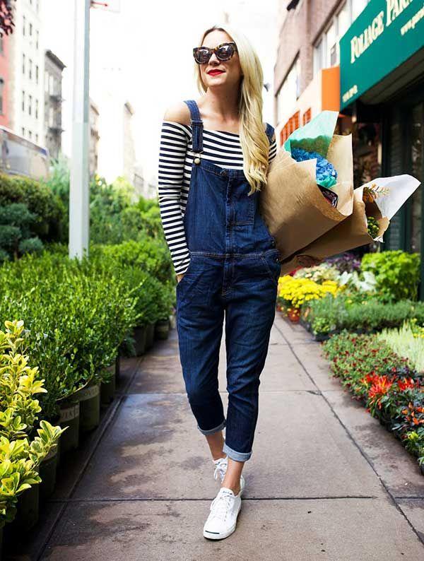 look jardineira jeans e blusa decote ombro a ombro