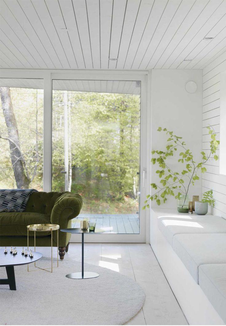 Den norsk-canadiske arkitekt Todd Saunders bor i Bergen i Norge med sin familie. Tag med nordpå og kom inden for i hans varme, minimalistiske hjem, som ikke kun i sin arkitektoniske stil er forrygende lokkende.