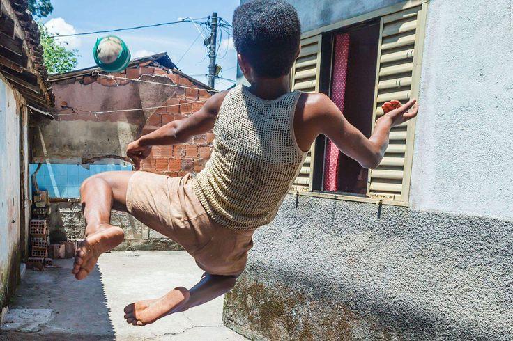 Pele ist eine Legende und wird seit über 50 Jahren von Fußball-Fans auf der ganzen Welt vergöttert. Dieser Film zeigt seinen Werdegang aus den Slums Brasiliens an die Spitze des Weltfußballs. Pele: Die Geschichte der Fußballer-Legende ➠ https://www.film.tv/go/35861  #Pele #Fussball #Doku