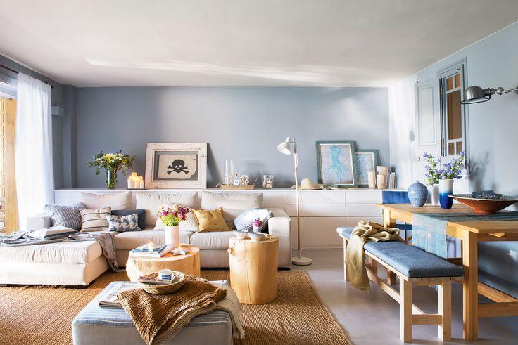 Salón con comedor con paredes y detalles azules