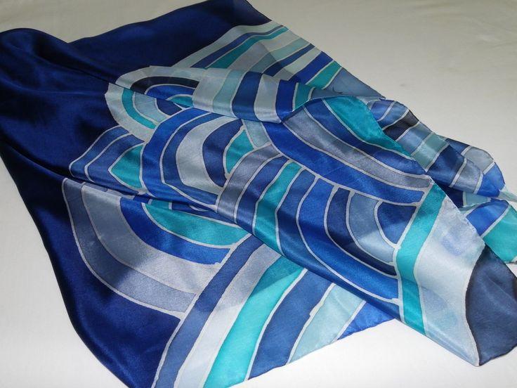 Lindo lenço de seda pongé 5 pintado à mão, em tons variados de azul. Muito feminino e extremamente moderno, um coringa no seu guarda-roupas. Pode ser usado de várias formas.