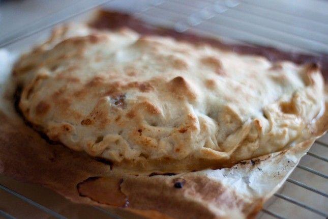 Pizza Calzone de pollo, queso de cabra y cebolla caramelizada