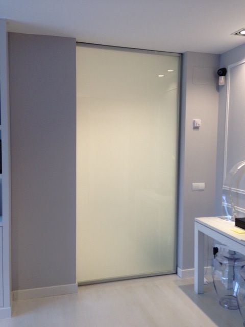 puerta corredera sin jambas ni molduras en cristal templado