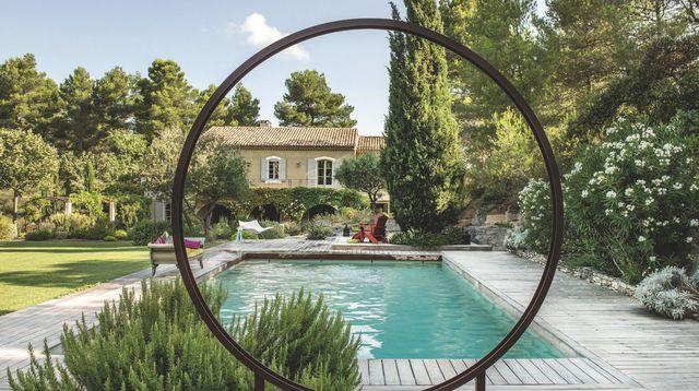 Cintré dans un large cercle de métal, un éclairage à Led (création Dominique Lafourcade) délimite l'espace et, vu de la maison, prolonge la perspective. Bruno Suet