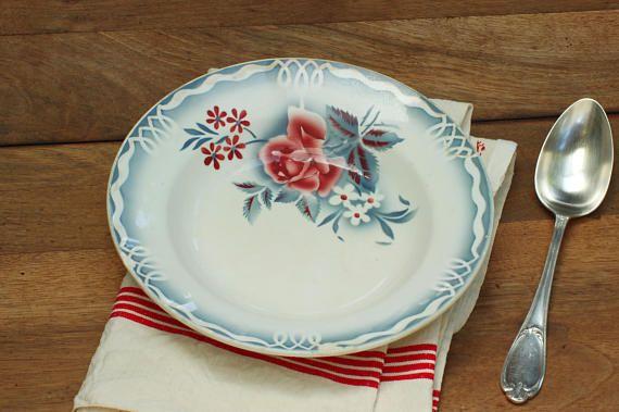 Assiette creuse Digoin grise à rose pourpre.Faîence française #assiettecreuse #assiette #plate #assiettedigoin #Digoin #Digoinplate #rosedigoin #roses #pink #vintage #frenchvintage #brocante #shabbychic