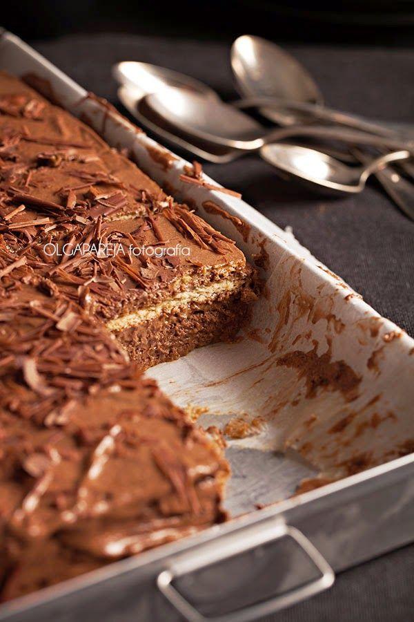 Pastel de galletas y chocolate -  4 paquetes de galletas (en mi caso usé Tostarica, pero puedes usar cualquier otro tipo de galleta que sea rectangular o cuadrada) - 1 tableta de chocolate negro - 1 vasito de cognac - 6 huevos - 200 gr. de mantequilla - 150 gr. de azúcar. - café o café con leche si lo prefieres
