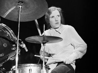 Maureen Tucker de The Velvet Underground: Una figura clave para la música y para las mujeres que quieran o hayan querido dedicarse a ella. Moe imprimió su estilo refrescante y poco convencional a la linea de la banda. De apariencia andrógina, incluso llegaba a tocar de pie, preferiblemente con mazos en lugar de baquetas, consiguiendo el sonido art-rock que desprendían los de Lou Reed.