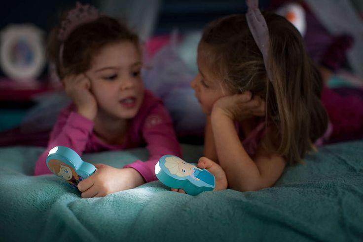 Deze Anna-zaklamp van Philips en Disney zorgt dat uw kind iets kan zien 's nachts of tijdens spelletjes in het donker. Deze kleurrijke lamp blijft koel, is kindvriendelijk en is zo ontworpen dat kleine kinderhandjes hem gemakkelijk vast kunnen houden.