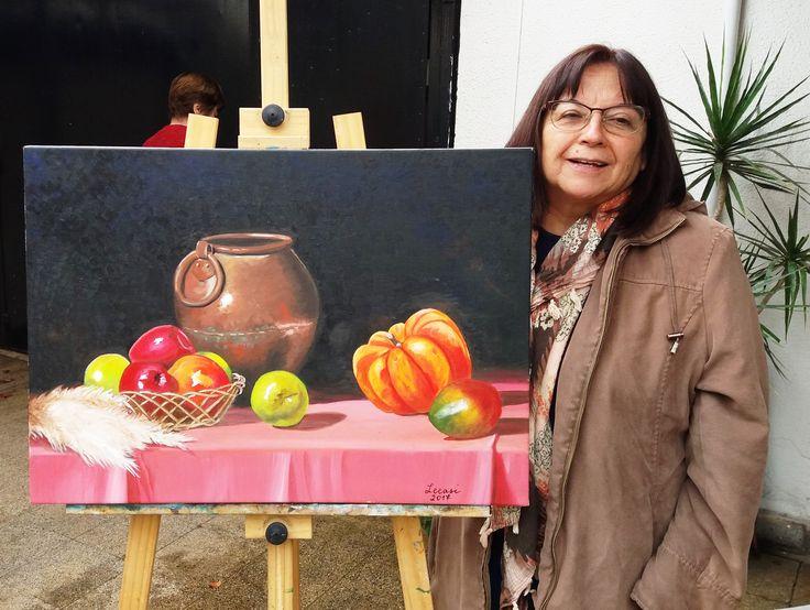 Leonor Sierra junto a su primer cuadrito en el taller, Felicitaciones