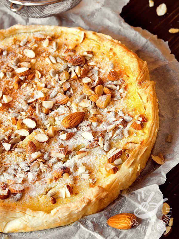Tart custard and almonds - La Crostata di crema cotta e mandorle è una vera e propria delizia. Ecco un dolce genuino e tradizionale che porta in tavola la cucina della nonna!