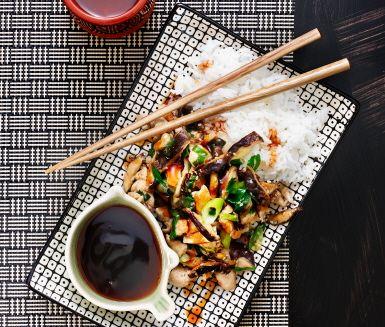 Shiitakesvampen gör den här lättlagade sesamstekta kycklingfiléen lite extra exklusivt japansk. Det är en snabblagad kycklingrätt som serveras med teriyakisås och ris. Det går utmärkt att ersätta shiitake med t ex ostronskivling.