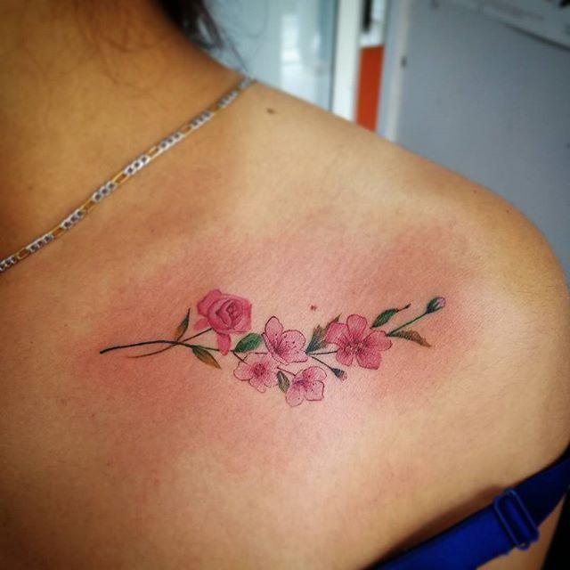 #Tatuaje de unas #flores hechas en @clandestinotula  #ClandestinoSkateShop #TatuajesEscritoConSangre #tatuajesenhgomex #Tatuajes #tatuadoresmexicanos #tatuador #ink #inked #tat #tatted #tattoo #tattoos #tattooart #tattooartist #tattooed #tattooer #tattooing #tattooist #tattoooftheday #tattoosofinstagram #tattoostudio #flower #flowers #flowerstattoo