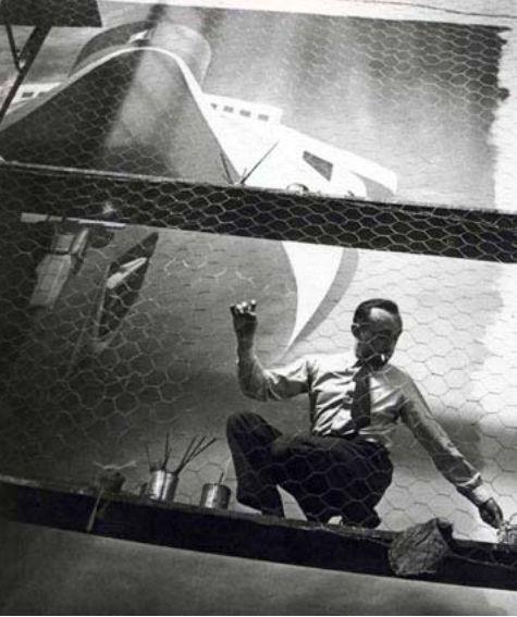 """Cassandre pintando el mural de """"Normandie"""" para la Exposición Internacional de Paris 1937"""